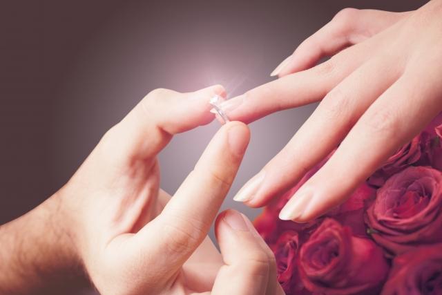 婚約指輪を薬指にはめるシーン、プロポーズ
