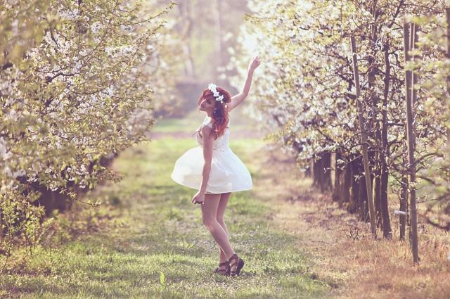 幸せそうにダンスをする女性