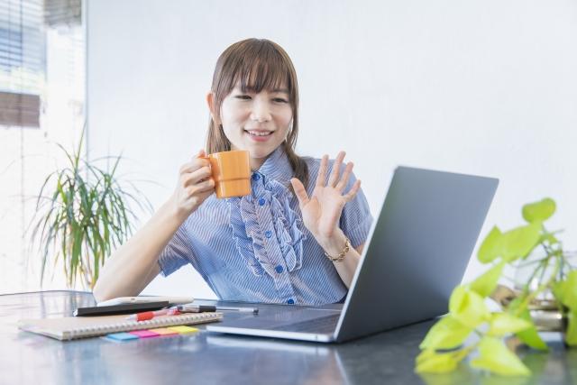 オンラインデートを楽しむ女性