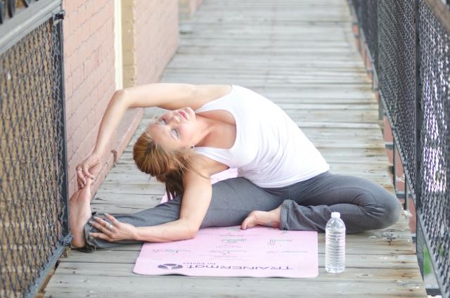 ストレッチなど適度な運動をする女性