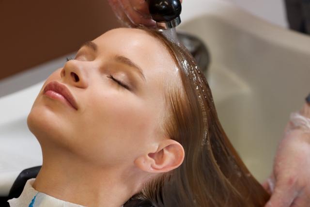 髪の毛のケアをする女性