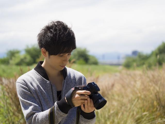 カメラを手にする男性