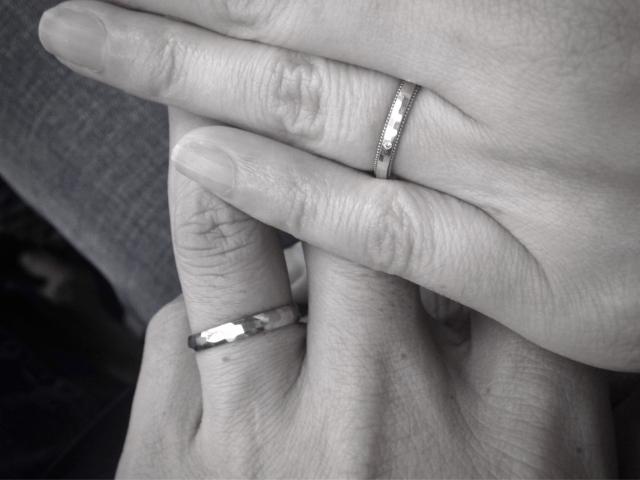 結婚指輪と二人の手