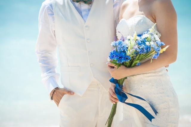 海外で結婚式を挙げる二人