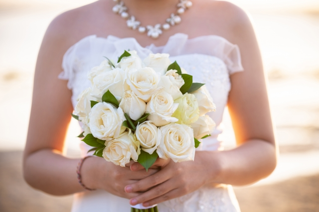 ブーケを抱えた花嫁