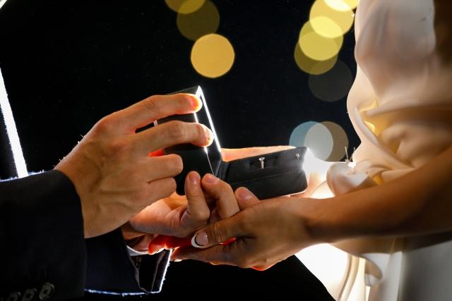 プロポーズで婚約指輪を送る手元
