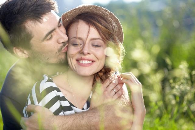 男性にキスされて、愛されている女性