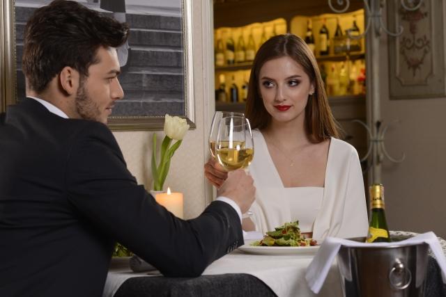 食事デートをする婚活カップル