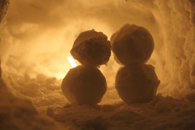 寄り添う雪だるまのカップル