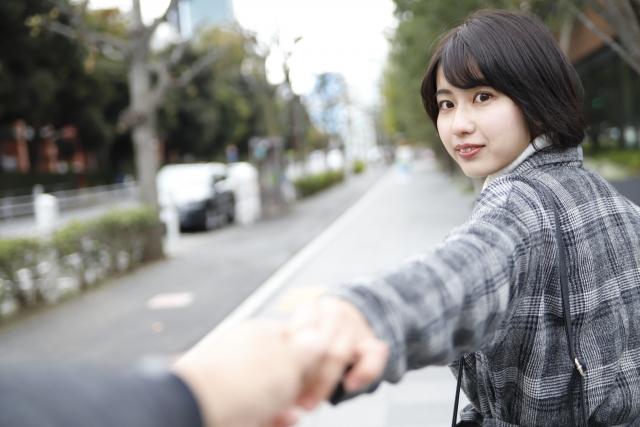 彼氏の手を引く女性