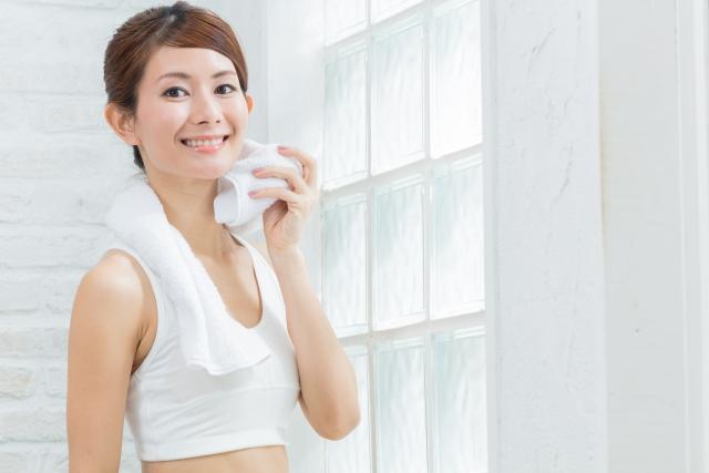 汗を流す健康的な女性