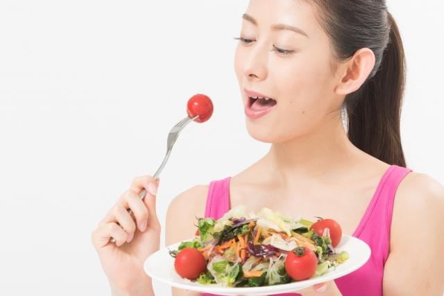 サラダを頬張る女性