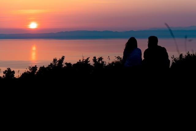 山頂の景色を楽しむカップル