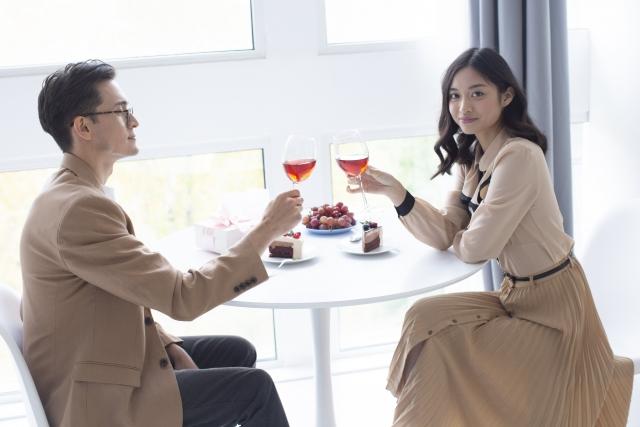 おしゃれなカフェでデートするカップル