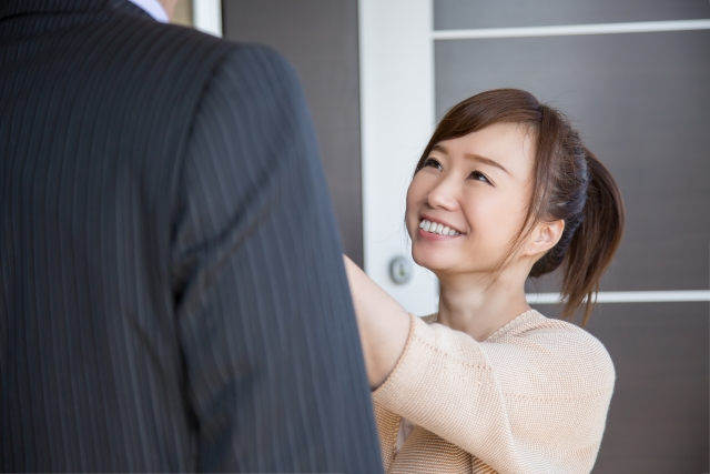 旦那さんのネクタイを触るお嫁さん