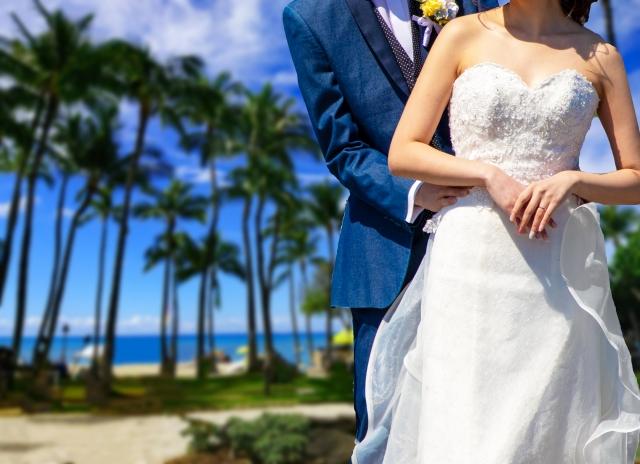 海外で結婚式を挙げる新郎新婦