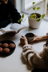 カフェで向き合うカップル