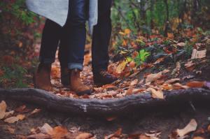 秋のデートをする恋人たち